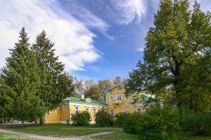 Болдино. Господский дом, желтые листья, синее небо