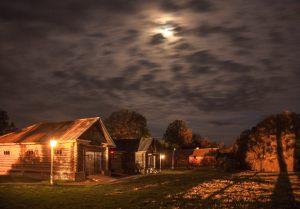 Большое Болдино. Луна над усадьбой Пушкина.  Вечернее фото усадьбы Пушкина