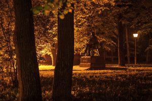 Большое Болдино. Ночное фото господского дома и памятника. Усадьба Пушкина