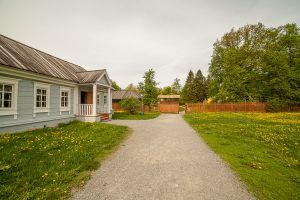 Вход в усадьбу со стороны музея сказок Пушкина